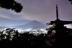 *富士登山者達の明りと富士吉田市の夜景* *Light of people climbing Mt. Fuji* 富士山に登る方々の明りを 初めて見ました(^^♪ 楽しい日曜日になりますように! #夜中にこっそり <https://plus.google.com/s/%23%E5%A4%9C%E... - Kiyomi I - Google+
