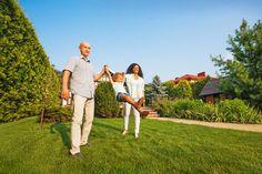 Duży trawnik w ogrodzie. Hosting, Couple Photos, Couples, Couple Shots, Couple Photography, Couple, Couple Pictures