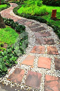 Caminho de pedra em um jardim                                                                                                                                                      Mais Small Patio Design, Small Backyard Patio, Backyard Landscaping, Garden Design, Back Gardens, Small Gardens, Outdoor Stone, Garden Stepping Stones, Garden Planning