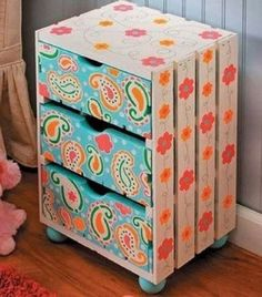 10 Painted Wooden Crates Ideas That Are Awesome! Beautiful Ways to Transform Wooden Crates. Crate Shelves, Crate Storage, Diy Storage, Storage Boxes, Yarn Storage, Wooden Crates Projects, Pallet Crates, Wood Crates, Diy Bedroom Decor