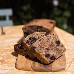 Bananenbrood met chocola en pecannoten Banana Bread, Baking, Breakfast, Healthy, Desserts, Recipes, Mary, Food, Morning Coffee