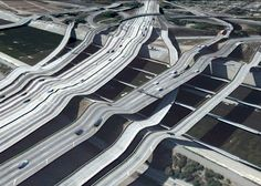 L'artiste Clément Valla a remarqué que sur le logiciel Google Earth les ponts souffrent d'un petit bug dans la vue 3D, le programme se base sur l'altitude du sol pour créer le relief mais ne repère pas les ponts qui se retrouvent donc à coller au sol. Il s'est donc mis à la recherche de …
