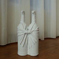 Duo de naam zegt het al twee  decoratieve flessen aan elkaar. Leuke decoratie voor in huis. Maar kan ook gebruikt worden als vaas met twee mooie bloemen erin. Presenteer een groepje flessen bij elkaar of geef het als origineel cadeau. Passend in bijna iedere woninginrichting.