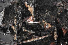 Una veduta dall'alto del Santuario della Madonna della Grotta