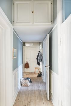 Se, hvordan Bolig Magasinets stylist har fået det optimale u Entrance Hall Decor, Entryway Decor, Craftsman Style Kitchens, Entryway Shoe Storage, Small Entryways, High Walls, New Home Construction, Small Places, Mid Century Decor