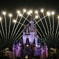 Um dos lugares mais mágicos que existem. Não canso de olhar e admirar!! Não importa a idade que você tenha,a Disney sempre será divertida e contagiante!❤ O espetáculo de fogos no parque Magic Kingdom é emocionante!💕💕💕Preciso voltar lá urgente!😂😂😂😂Créditos:📷@florida_mais ❤ #florida #disney #MagicKingdom #usa #mickey #minnie #fotografia #photooftheday #foto #travel #turismo #happy #LaMiaFelicita #love