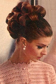 Vintage Hairstyles Updo Updo Hairstyles For Women Old school updos, updos - Easy Hairstyles for Women are an all in one solution for getting an instant stylish look. Here are some selective step by step easy hairstyles to achieve 1960 Hairstyles, Vintage Hairstyles, Easy Hairstyles, Wedding Hairstyles, Vintage Updo, Everyday Hairstyles, 1960s Hair, Sixties Hair, Mode Vintage