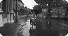 """""""C'eravamo tanto amati"""" (1974), regia di Ettore Scola  - Gianni (Vittorio Gassman) e Luciana (Stefania Sandrelli) percorrono felici le strade del quartiere Aventino. Qui sono in via di Santa Sabina."""
