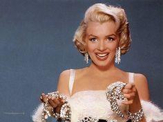 """Marilyn Monroe  """"Le donne sono dotate di due armi formidabili: il trucco e le lacrime. Fortunatamente per gli uomini, non possono essere utilizzate contemporaneamente."""""""