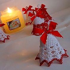 Vánoční zvonek 8 cm Háčkovaný vánoční zvonek o výšce 8 cm. Zvoneček je téměř nezničitelný - je silně natužený, takže dokonale drží tvar, a navíc je jemně přelakovaný zdravotně nezávadným voděodolným lakem. Z tohoto důvodu je cena poněkud vyšší. Nemění tvar, nezežloutne ani nenavlhne ani nenavlhne. Údržba - stačí ho opatrně otřít vlhkým hadříkem ...