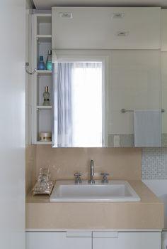 Decoração de: Banheiro; bancada bege;  Casa de Valentina
