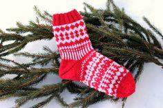 Sweet things: Adventtisukat 2017 - osa 4 Mittens, Advent, Christmas Stockings, Knitting, Holiday Decor, Blog, Socks, Home Decor, Fingerless Mitts