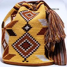 Cabo Wayuu Mochila bags are intricate in their designs, can take approximately 15 days to weave. Handmade in South America by the indige Crochet Clutch Pattern, Tapestry Crochet Patterns, Bead Loom Patterns, Crotchet Bags, Knitted Bags, Crochet Handbags, Crochet Purses, Crochet Stitches Chart, Mochila Crochet