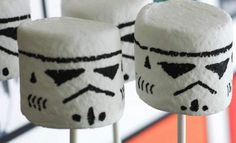 "Stormtrooper Marshmallows 17 Foods Guaranteed To Excite Any ""Star Wars"" Fan Star Wars Lego, Tema Star Wars, Star Wars Food, Star Wars Kids, Star Wars Cookies, Star Wars Cake Toppers, Star Wars Cupcakes, Star Wars Party, Star Wars Essen"