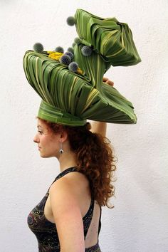 Afbeeldingsresultaat voor Flowers and creative woven grasses Gaudi, Flower Festival, Crazy Hats, Flower Hats, Weird Fashion, Arte Floral, Floral Fashion, Floral Hair, Flower Show