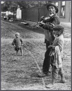 Wandering Violinist, Abony, Hungary, 1921 by Andre Kertesz Andre Kertesz, Henri Cartier Bresson, Man Ray, History Of Photography, Street Photography, Urban Photography, Color Photography, Photography Women, Vintage Photographs
