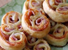 Gruyere and black forest ham Palmiers.made with puff pastry. simple, beautiful and yummy. I'd sub smoked columbus turkey or something. Best Appetizers, Appetizer Recipes, Snack Recipes, Cooking Recipes, Tapas, My Favorite Food, Favorite Recipes, Black Forest Ham, Bon Dessert