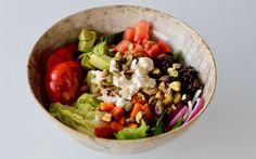 Buddha bowl med linser, søtpotet og en haug med grønnsaker