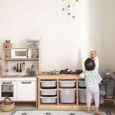 おしゃれなキッズスペースの参考にしたい絵本とおもちゃの収納アイデア見つけたよ