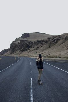 Looking for what to wear in Iceland for all seasons? Our Iceland packing list will show you what to wear in Iceland in winter or summer for both men and women! Skateboard Pictures, Skateboard Girl, Longboards, Aesthetic Photo, Aesthetic Pictures, Skate Girl, Estilo Rock, Woman Standing, Avril Lavigne