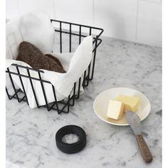 Tukevasta metallista valmistetut korit sopivat moniin tiloihin ja monenlaiseen säilytykseen, kuten esimerkiksi lehdille, leluille, pesuaineille tai hedelmille. Materiaali: maalattu metalli. Suunniteltu ja valmistettu Suomessa.