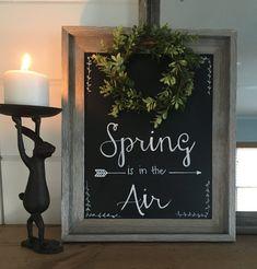 Spring Chalkboard with Faux Boxwood Wreath - Chalk Art İdeas in 2019 Chalkboard Doodles, Chalkboard Writing, Kitchen Chalkboard, Chalkboard Decor, Chalkboard Lettering, Chalkboard Designs, Chalkboard Sayings, Chalkboard Calendar, Diy Poster