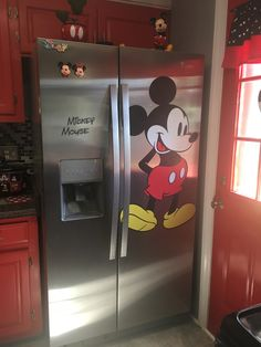 Mickey Mouse House, Mickey Mouse Kitchen, Mickey Mouse Cartoon, Disney Mickey Mouse, Disney Kitchen Decor, Disney Home Decor, Casa Disney, Disney Diy, Cozinha Do Mickey Mouse
