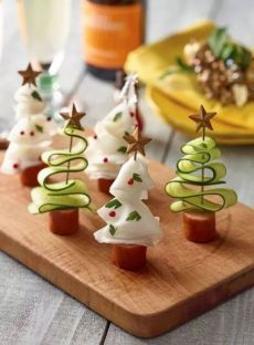 Johnsonville Pinchos Christmas tree - Essen - Appetizers for party Christmas Appetizers, Christmas Desserts, Holiday Treats, Christmas Treats, Holiday Recipes, Holiday Cookies, Fruit Decorations, Food Decoration, Christmas Party Food
