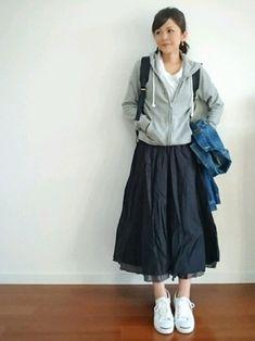 スカートは丈で印象がガラリと変わります。同じコーディネートでも、スカートが膝上だと幼く見えがち。この絶妙な膝下丈が大人っぽく見せるポイントです。 Modest Casual Outfits, Modest Fashion, Skirt Fashion, Cool Outfits, Fashion Outfits, Japan Fashion, Daily Fashion, Love Fashion, Korean Fashion