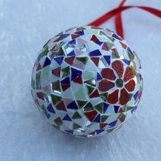Boule de noël en mosaïque multicolore à suspendre avec ruban rouge.