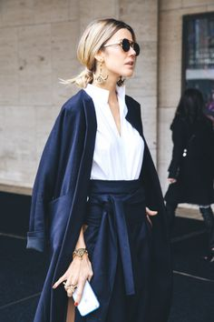 street style new york. Navy blue with white outfit. Trendy stylish outfit for women. Street Style New York, Street Style Chic, Looks Street Style, Looks Style, Style Me, Trendy Style, City Style, Fashion Mode, New York Fashion