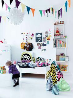 Biały pokój dziecka z kolorowymi dodatkami