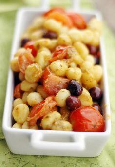 Gnocchetti di fagioli con olive, pesto e pomodorini