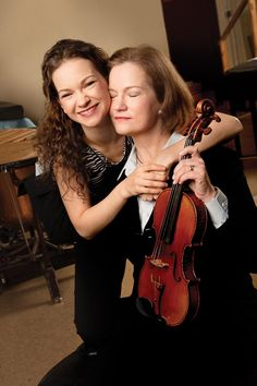 Hilary Hahn and her mom Anne Jazz Guitar, Cool Guitar, Best Violinist, Electric Violin, Ukelele, Thanks Mom, Folk Music, Music Love, Classical Music
