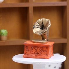 D043 Vintage Antique Gramophone Phonograph Record Player Doll Miniature