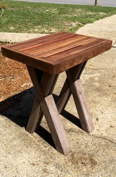that makes the pallet wood so special for all DIYers! Today's sharing is this DIY butcher block style pallet end table having criss cross legs and is having Pallet End Tables, Pallet Dining Table, Recycled Pallets, Wooden Pallets, Pallet Wood, End Table Plans, Diy Farmhouse Table, Pallet Shelves, Wood Plans