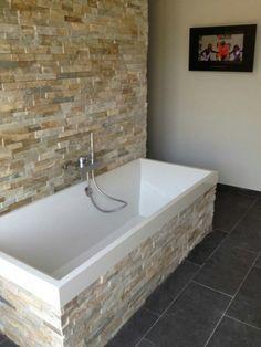 Super leuk die wand met steenstrips op de badkamer! | Interieur ...