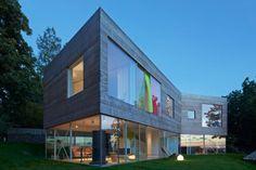 Le studio suédois Elding Oscarson revient avec cette superbe maison située dans la ville balnéaire de Mölle. D'une superficie de 300 m2, répartis sur 2 étages, dont le rez-de-chaussée est entièrement vitré et le niveau supérieur habillé de bois, la maison offre un élégant équilibre visuel. De nombreuses ouvertures à l'étage permettent de faire un rappel de transparence avec le rez-de-chaussée. De plus, ce vitrage conséquent offre des vues imprenables sur le paysage environnant et la côte au…