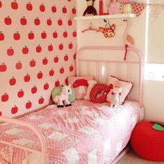 Quarto com tema de maças para meninas - vermelho e branco com cama de ferro