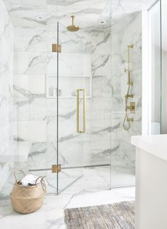 gold Bathroom Decor Luxurious white and gray marble shower with a white niche enclosed with glass doors and brass hardware. Marble Tile Bathroom, White Marble Bathrooms, Marble Showers, Gold Bathroom, Master Bathroom, Shower Tiles, Shower Floor, Tile Bathrooms, Modern White Bathroom