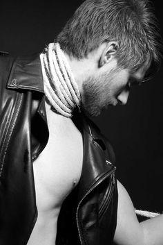 Male Fashion Trends: Fernando Fonseca viste un contraste de texturas para Pánico Magazine