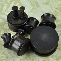Made of ebony wood, these beautiful dark plugs are extremely light and comfortable to wear. The single flare style makes them easy to put in and take out. Quantity: Sold as 1 pair (2 pieces) Style: ro
