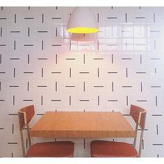 Azulejos Traço na cozinha projetada por @tiagofrancoarquiteto , @natally_moraes e Mariana Cicuto ;-) #azulejos #azulejosdecorados #revestimento #arquitetura #reforma #decoração #interiores #decor #casa #sala #design #cerâmica #tiles #ceramictiles #architecture #interiors #homestyle #livingroom #wall #homedecor #lurca #lurcaazulejos