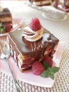 Prajitura cu ciocolata si zmeura Sweets Recipes, Cupcake Recipes, Cupcake Cakes, Romanian Desserts, Eggless Recipes, Chocolate Pastry, Sweet Tarts, Cookie Desserts, Homemade Cakes