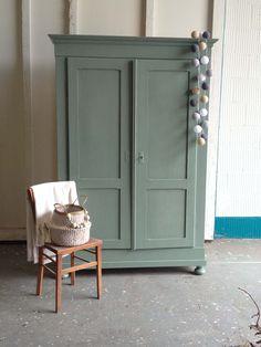 Een grote stoere kast voor in de kinderkamer nodig, maar hoe krijg je die boven? Geen punt, deze kast kan helemaal uit elkaar. Kast Stach is zowel voor de jongens- als meidenkamer een geschikte kast zelfs voor in de woonkamer of keuken is hij uitermate geschikt. Een toffe kast, waar niks op aan te merken… Furniture, Furniture Makeover, Furniture Design Inspiration, Sideboard Furniture, Trending Decor, Home, Painted Furniture Designs, Children Room Boy, Painted Furniture