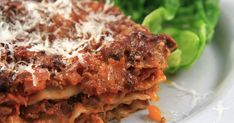 Smakrik och krämig lasagne med svamp och rosmarin. Det går lika bra att använda blandfärs som viltfärs!
