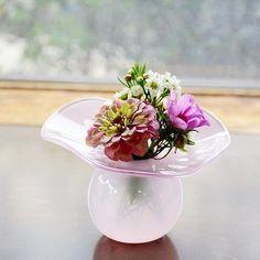 お花を飾って、部屋に春を呼び込みませんか✨ お花をいれるとブーケのようにまとまる、河村真里さんの花器。誰でも簡単に活けられるのが嬉しいですね!手作りならではの優しいカーブが魅力です。  https://www.iichi.com/listing/item/1056540 #河村真里 #iichi #手仕事 #暮らし #ガラス #甲山ガラス工房 #ものづくり #花  #春ですね #handmade  #glassware #vase #craftmanship #flowers #springiscoming