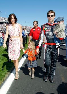 Jeff Gordon, driver of the Drive to End Hunger Chevrolet, walks with his daughter Ella Sophia and wife Ingrid Vandebosch prior to the start of the NASCAR Sprint Cup Series Daytona 500 at Daytona. Nascar Sprint Cup, Nascar Racing, Nascar Rules, Leo Gordon, Terry Labonte, Jeff Gordon Nascar, Kyle Busch, Tony Stewart, Sports Figures