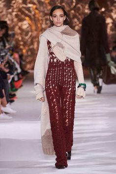 Here, see every look from the Paris Fashion Week Acne Studios Fall 2017 runway show. Review Fashion, Fashion 2017, Couture Fashion, Runway Fashion, Fashion News, Fashion Show, Fashion Outfits, Paris Fashion, Knitwear Fashion