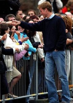 Pictures of the royal family - Prince William shakes hands with royal fans as a young man.JPG